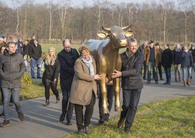 """Landwirtschaftsministerin Otte-Kinast überreicht die """"Goldene Olga"""" an Familie Neumann"""