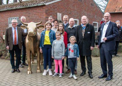 Die Gewinner-Familie Scholten-Meilink mit der goldenen Olga bei der Übergabe