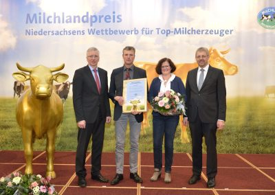 """Die Gloystein GbR aus Elsfleth im Landkreis Wesermarsch freute sich über die Auszeichnung als """"Bester Milcherzeuger Niedersachsens 2019""""."""