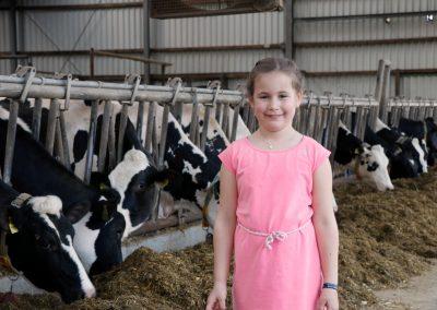 Hanna im Kuhstall des Hofs